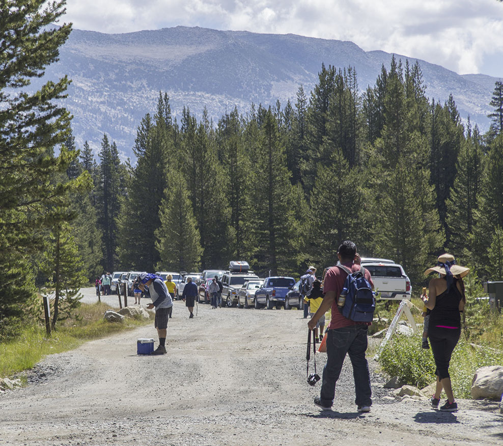 Cars and crowds at the Glen Aulin trailhead